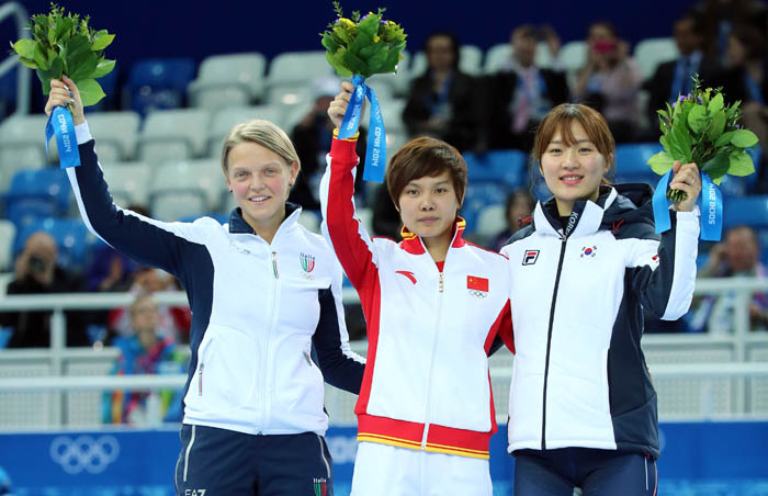 (From left) Silver medalist Arianna Fontana of Italy, gold medalist Li Jianrou of China and bronze medalist Park Seung-hi wave to the crowd from the podium. (photo: Yonhap News)