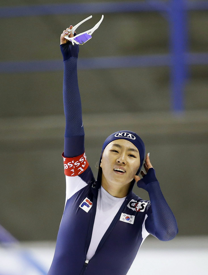 Lee Sang-hwa waves to the crowd after winning the 500-meter race during the first leg of the 2013–14 ISU Speed Skating World Cup in Calgary, Canada, on November 9, 2013. (Photo: Yonhap News)