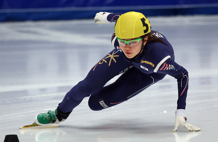 Shim Suk-hee races in the women's 500-meter preliminary in an ice rink in western Seoul during the second leg of the 2013–14 ISU Short Track Speed Skating World Cup on October 3, 2013. (Photo: Yonhap News)