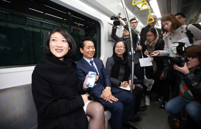 French Minister Fleur Pellerin tests the 4G LTE service on the subway on March 27. The minister said she was impressed with the fact the 4G and WiFi services work on the high-speed train (photo: Yonhap News).