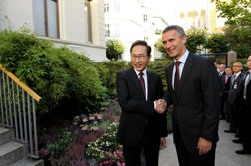 President Lee Myung-bak met Norwegian Prime Minister Jens Stoltenberg on September 9 to share opinions on a variety of topics