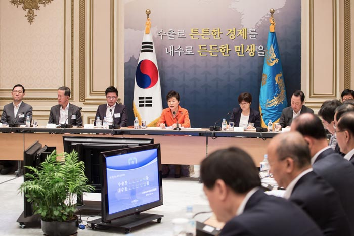 President Park Geun-hye (fourth from left) presides over the sixth trade and investment promotion meeting at Cheong Wa Dae on August 12. The government came up with deregulation plans aimed at promoting investment in service industries. (photos: Cheong Wa Dae)