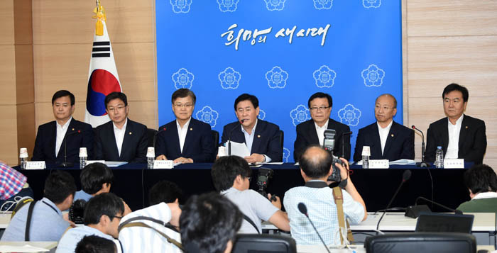 Minister of Strategy and Finance Choi Kyung-hwan (middle) and other ministers explain the deregulation plans aimed at boosting key service industries. (photo: Ministry of Strategy and Finance)