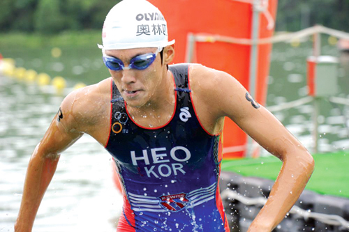 Triathlete Heo Min-ho, who will compete at the 2012 London Olympic Games, will be the first South Korean athlete to participate in the Olympic triathlon event.