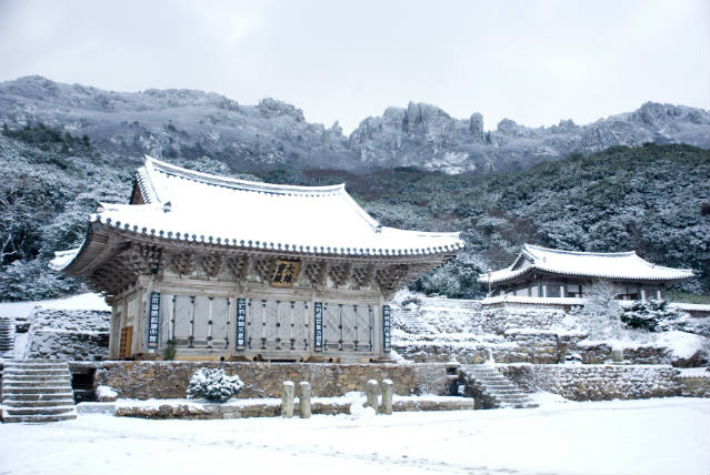 Mihwang-sa Temple in the snow ⓒPark Jong-seon (photo courtesy of the Cultural Corps of Korean Buddhism)