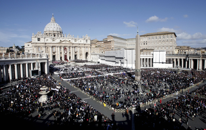 St. Peter's Square at the Vatican, is filled with visitors on Tuesday, March 19 to watch the inaugural mass of the 266th pope (photo: Yonhap News).