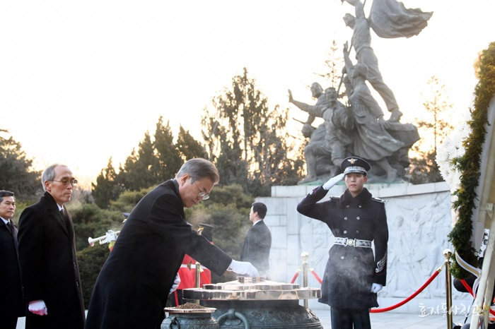 President Moon Jae-in on Jan. 2 burns incense at the Seoul National Cemetery in the Dongjak-gu district of the capital. (Hyoja-dong Studio)