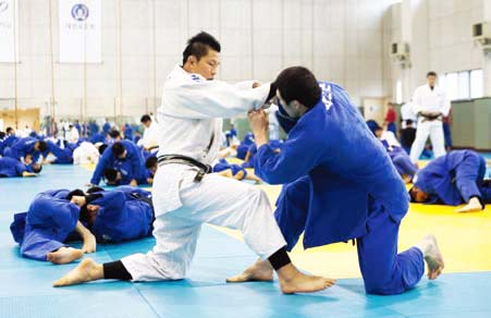 Wang Ki-chun (left) practices new moves with a student.