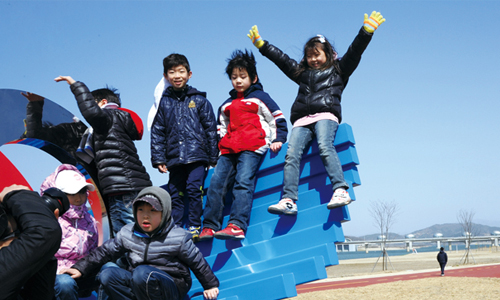 Children enjoy an afternoon at a riverfront park by Ipo weir in Gyeonggi Province (photo: Weekly Gonggam).
