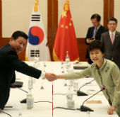 President Park holds summit with Xi Jinping at APEC