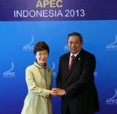 President Park attends business dialogue at APEC