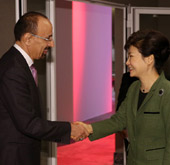 President asks global CEOs to expand investment in Korea