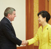 President Park meets with IOC head