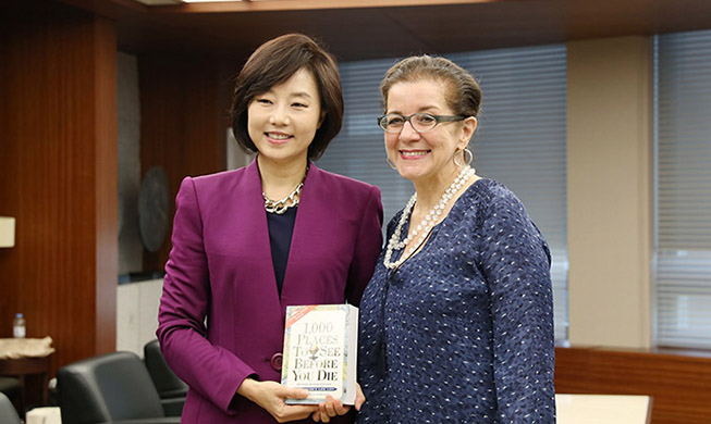 Minister meets best-selling travel author