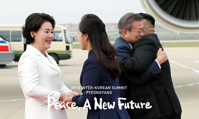 main_President Moon arrives in Pyeongyang, greeted by NK leader.jpg