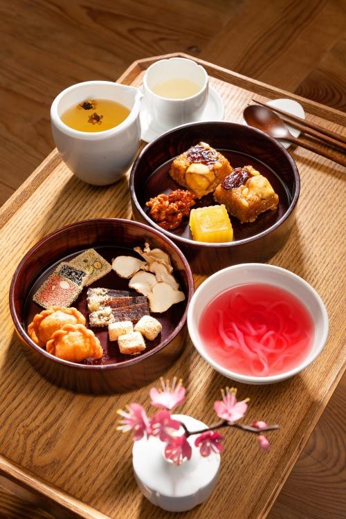수라간 시식공감 참여객들은 약식, 깨강정, 국화차, 호두정과 등 한국 전통 떡과 과자를 맛볼 수 있다.