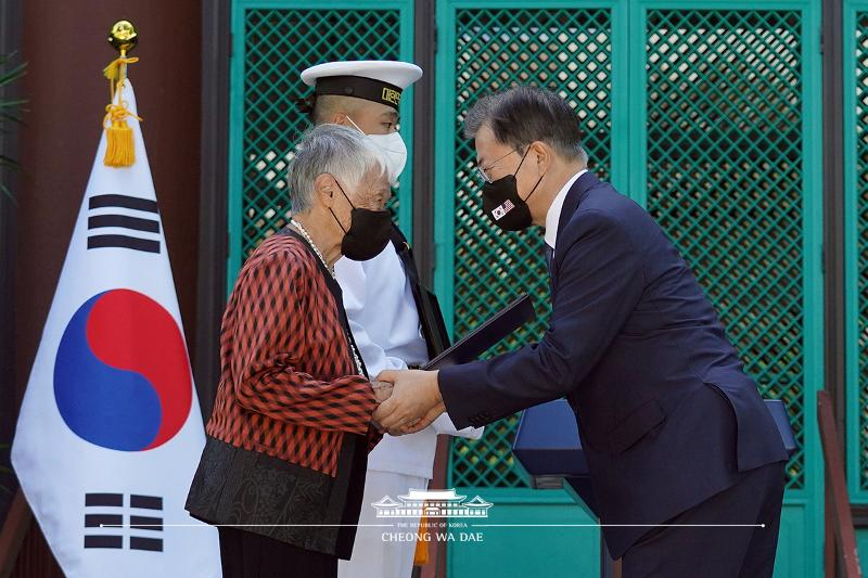Awarding the Patriotic Medal of the Order of Merit for National Foundation to a descendant of the late patriot Kim No-di