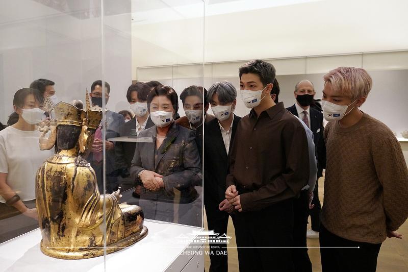 Visitng Korean gallery of Metropolitan Museum of Art